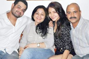 Anushka Sharma Family Pictures Brother, Mother, Father