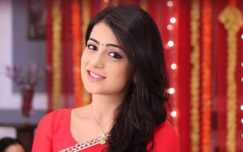 Radhika Madan Family Photos, Father, Husband, Age, Height, Biography