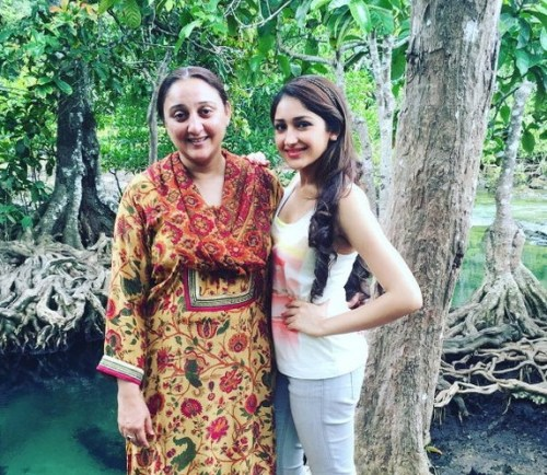 Sayesha Saigal Family Photos, Father, Mother, Husband, Age, Biography