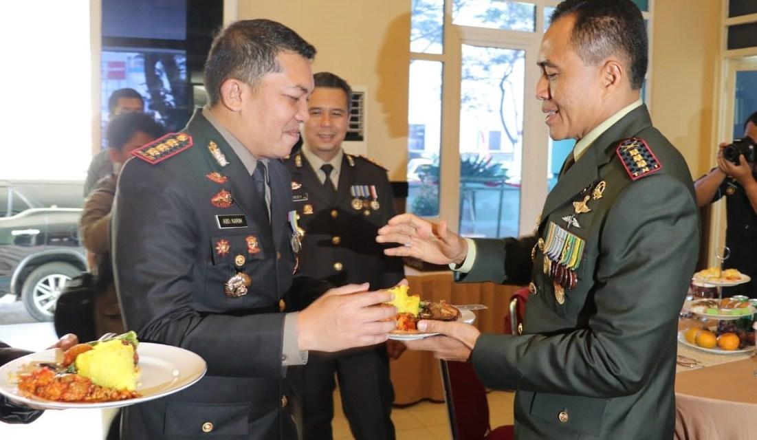 HUT TNI ke-74, Kapolres Metro Tangerang Kota Beri Surprise ke Danrem 052/WKR