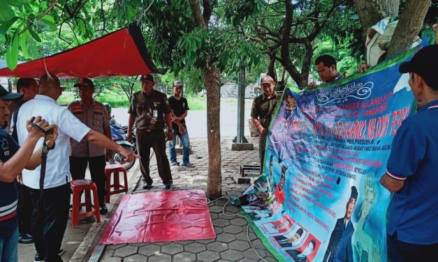 Polrestro Tangerang Kota dan Satpol PP Copot Spanduk 'King Of The King'