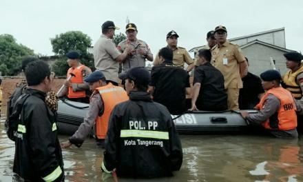 Bersama Kapolda , Wali Kota Tangerang Tinjau Banjir Periuk