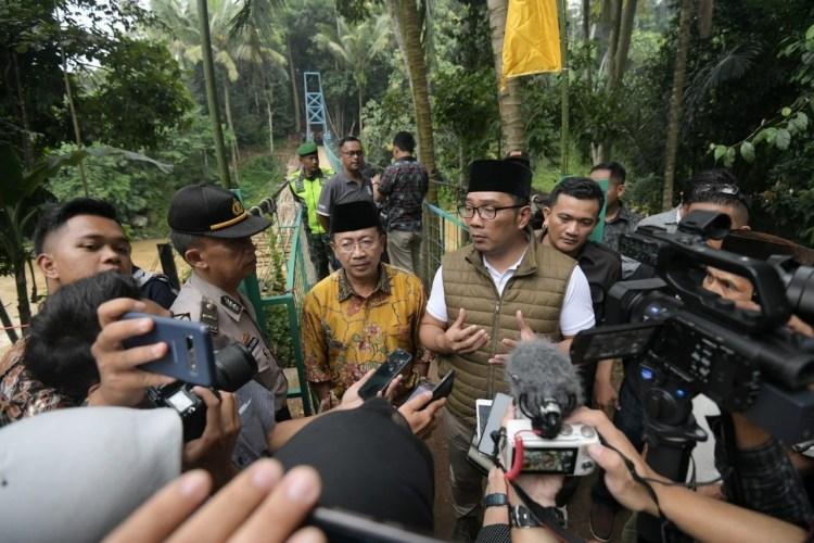 Foto: Gubernur Jawa Barat Ridwan Kamil saat meresmikan Jembatan Gantung (Jantung) Desa, yang menghubungkan Desa Cibaregbeg dan Desa Karangnunggal, di Kecamatan Cibeber, Kabupaten Cianjur