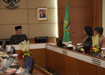 Foto: Gubernur Jawa Barat Ridwan Kamil saat audiensi dengan Rektor ITB Reini Wirahadikusumah di Gedung Sate,