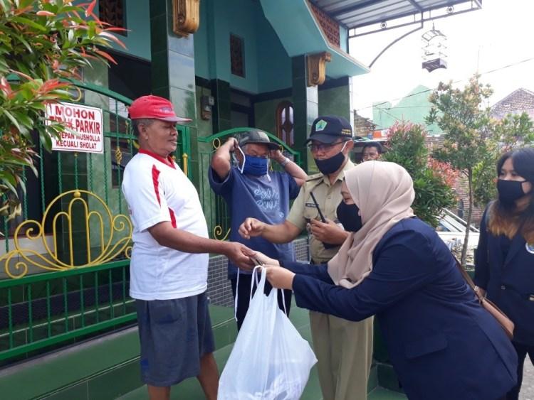 Foto: Mahasiswa KKN Tematik UM Membagikan Masker kepada Warga di Kelurahan Lesanpuro.