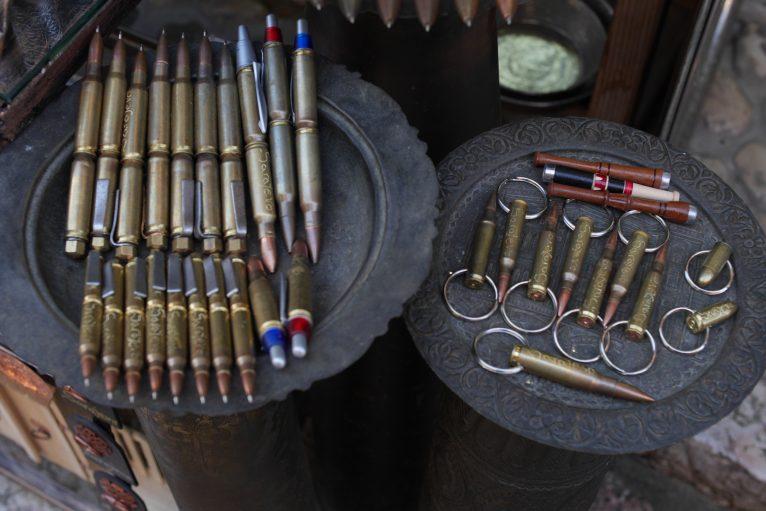 サラエボの土産屋では銃弾のペンやオブジェが売られている