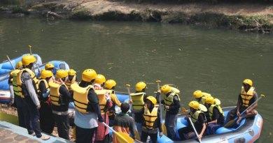 Pelajar mengikuti trip pelestarian sungai Ciliwung. (foto Andri Mufid)