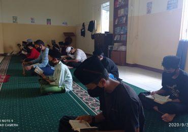Tak mau kalah, dua siswa santri menyusul temannya hafal 30 Juz Al-Quran