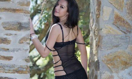 Katie B, knappe Aziatische babe, buiten in sexy lingerie