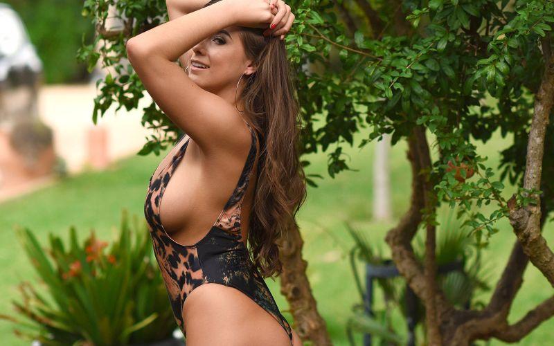 Sarah McDonald trek buiten haar sexy badpak uit