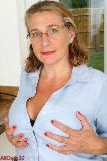Camilla-A-geile-mature-secretaresse-met-grote-tieten-02