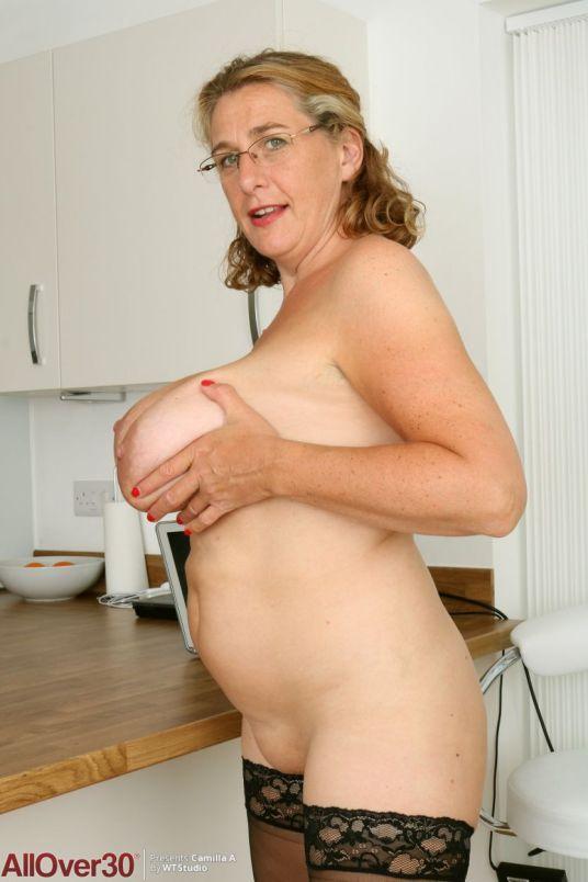 Camilla-A-geile-mature-secretaresse-met-grote-tieten-15