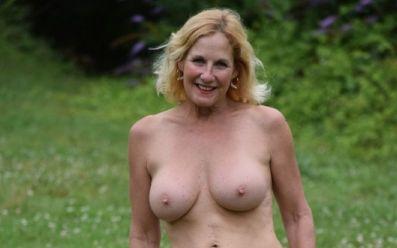 Mature amateur echtgenote is naakt op het oprijpad