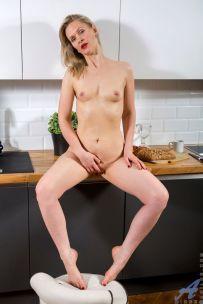 Midge-blonde-mature-milf-gaat-naakt-in-de-keuken-08