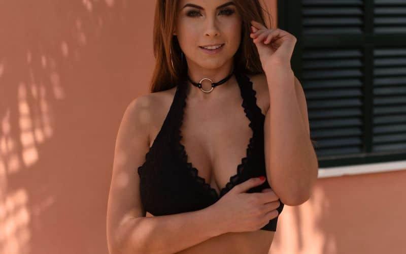 Sarah McDonald, buiten in sexy zwarte lingerie en naakt