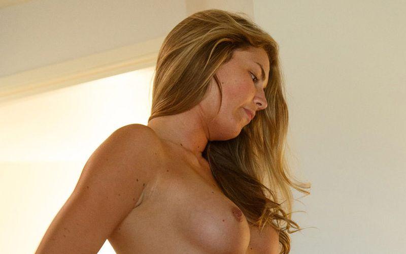 Lekkere amateur vrouw naakt in haar slaapkamer