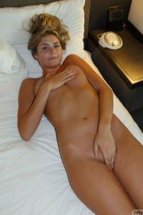lekkere-amateur-vrouw-naakt-in-haar-slaapkamer-0909