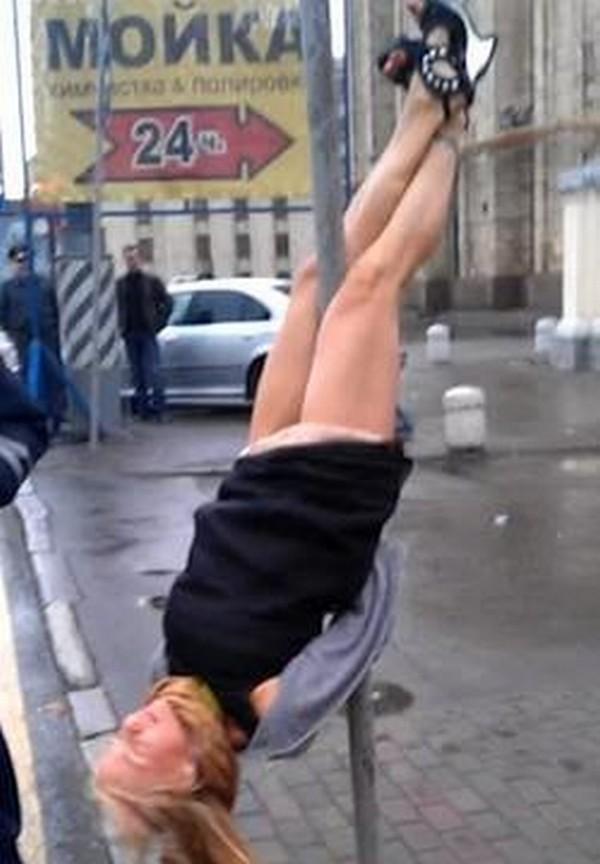Dronken Russin doet aan verkeerspaaldansen