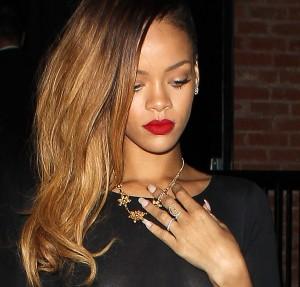 Rihanna, blote tieten heeft sexy doorkijkjurkje aan