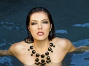 Adrianne Curry topless op Twitter