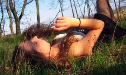 Sexy rokende meisjes in het bos