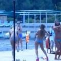 Strippende bikini meisjes
