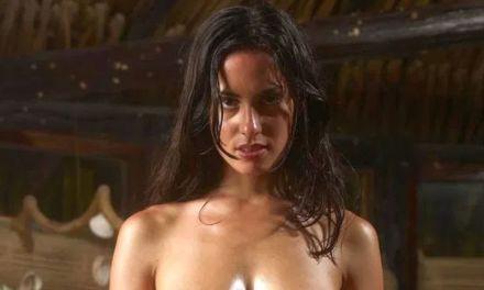 Muriel, grote borsten, doet lenig op een houten tafel