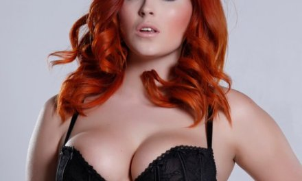 Volle, roodharige, vrouw in sexy lingerie, Lucy Vixen is spannend