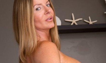 Amber Michaels, MILF met grote tieten gaat in bad