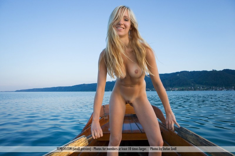 pretty nude girls dildo