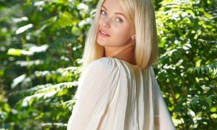 Talia, lekker naakt in het bos