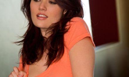Christina maakt werk van het uittrekken van haar oranje t-shirt