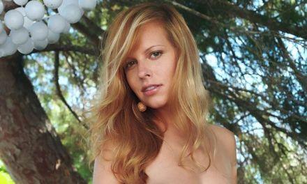 He, een blondje met grote tieten, naakt in de tuin