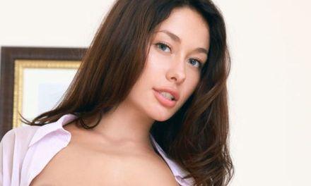 Mooie vrouw met grote borsten na de one-night-stand