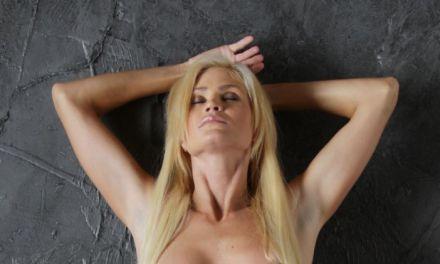 Blond en lekker, Zoey naakt tegen de muur