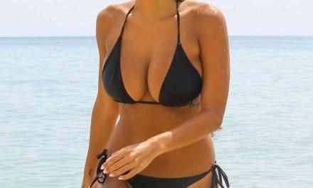 Devin Brugman, grote tieten in bikini op het strand
