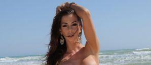 Laura, mooi, naakt en geil op het strand
