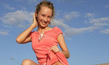 Masha, het lachebekje, zit op een apart naaktstrand