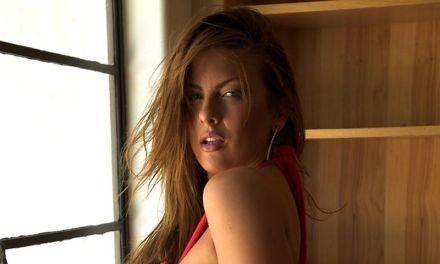 Mooie vrouw is sexy en geil voor het raam