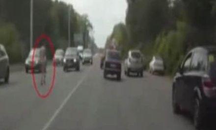 Naakte Russische vrouw rent door verkeer