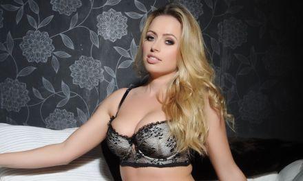 Holly Gibbons, blond, geil, grote borsten en naakt
