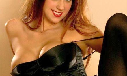 Persephone Neece, rood haar, grote tieten en sexy in lingerie