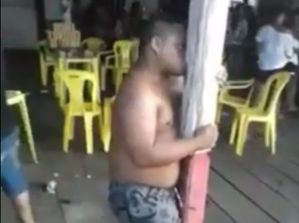 Braziliaanse man houdt van paal