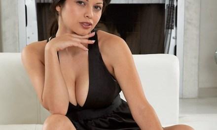 Latina met grote borsten, naakt op de bank