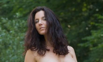 Kathi, naakt in het bos