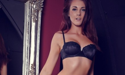 Knappe vrouw doet sensuele striptease