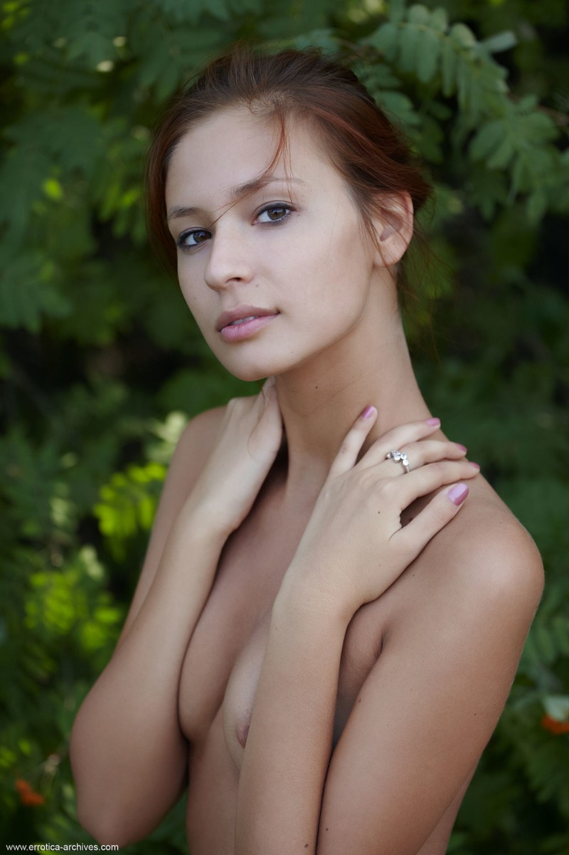 afrodita-naked-in-the-woods-10