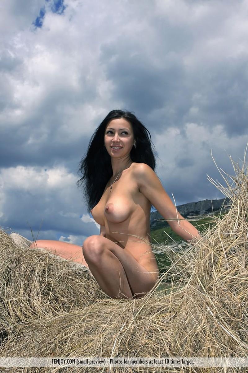 Een Naakte Boerin Helpt Bij Het Hooien -Seks Met-9247