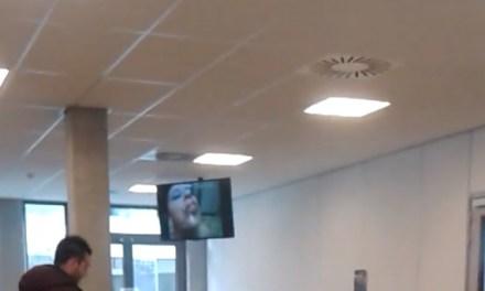 Porno op televisie in kantine school