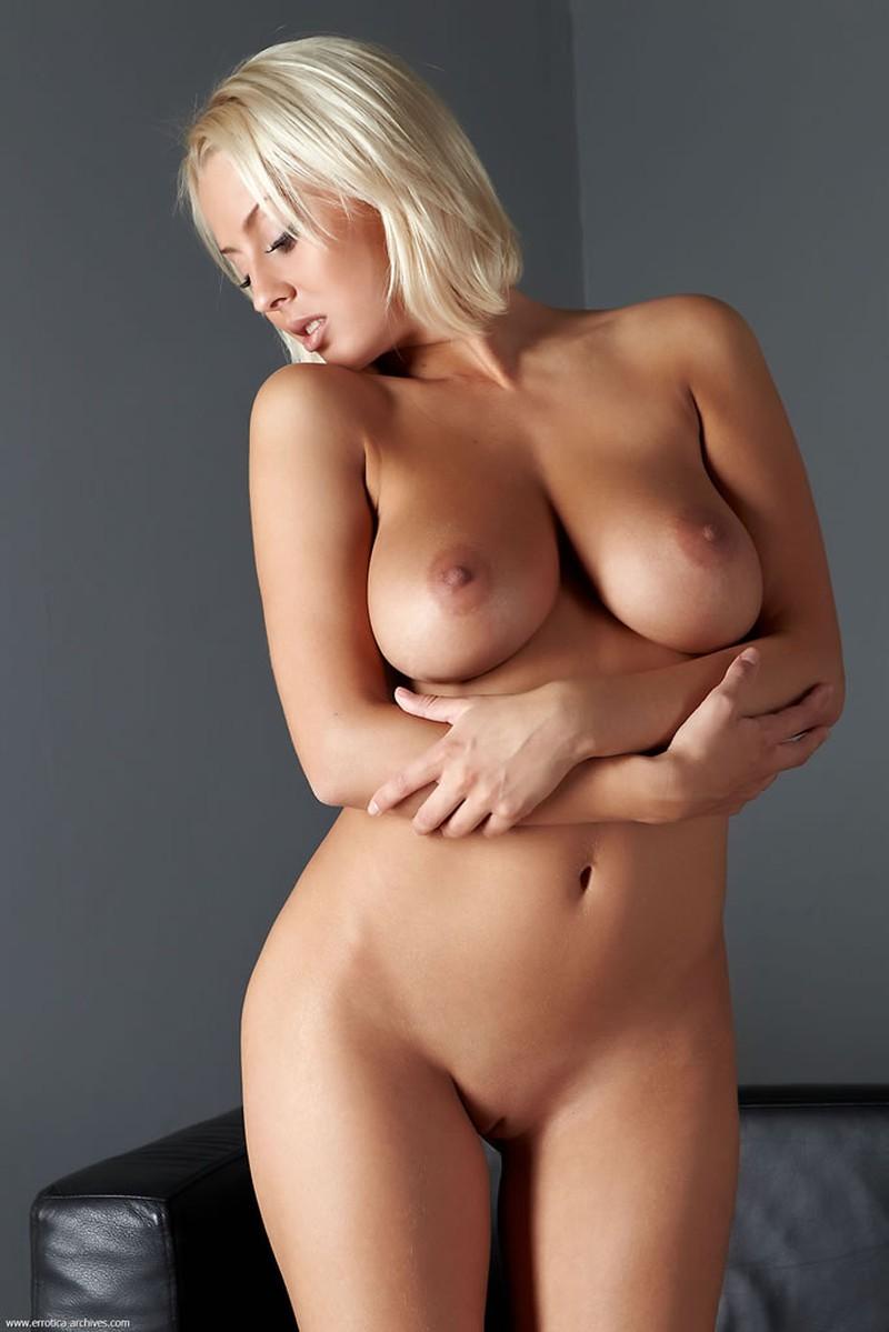 image Vrouw met volle borsten wordt lekker verwend